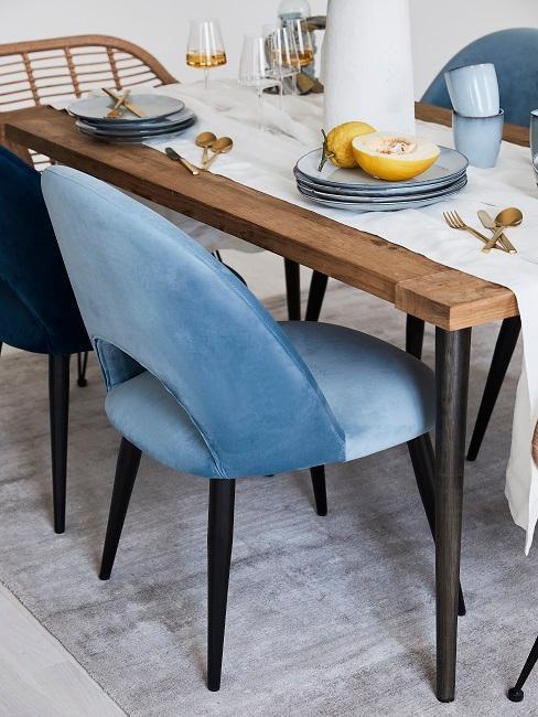 Modré stoličky v jedálni