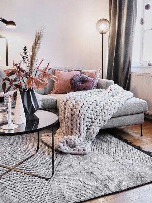 Fialové doplnky v obývačke