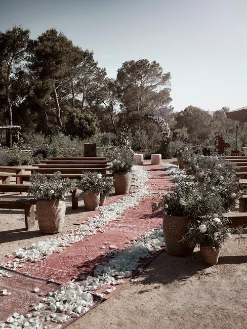 svadobné aranžovanie v záhrade