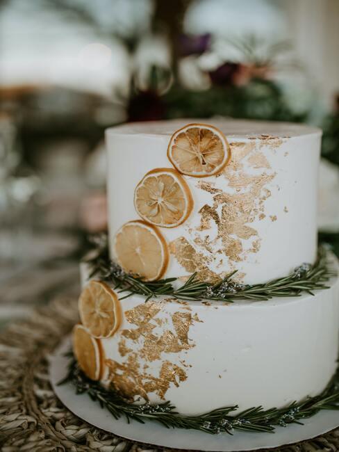 Svadobná torta so zlatou aplikáciou