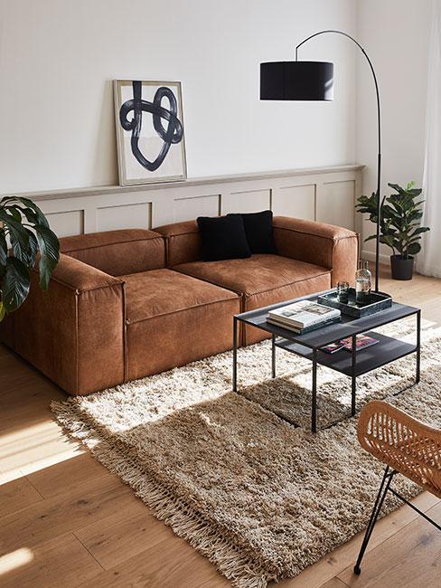 Hnedá pohovka v obývačke