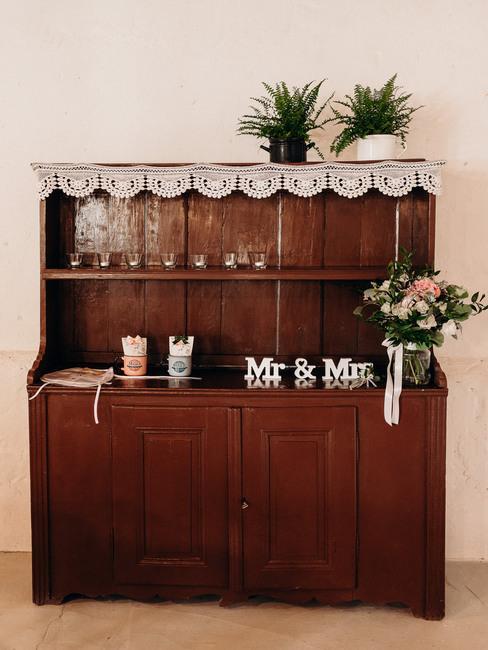 Zelený deň: vintage komoda so svadobnými dekoráciami