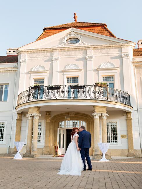 Art Hotel Kaštieľ Tomášov: svadobný pár pred kaštieľom
