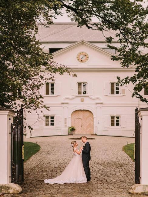 Château Gbeľany: svadobný pár pred Château Gbeľany