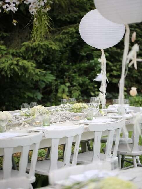 biele svadobné aranžovanie stola