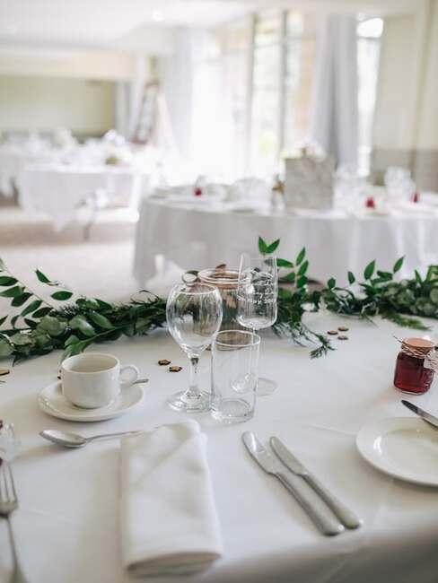 biely svadobný stôl