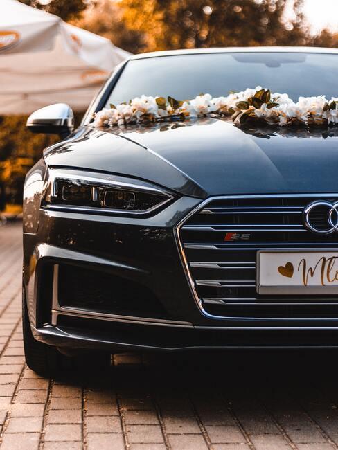 Kvety na svadbu: výzdoba na auto