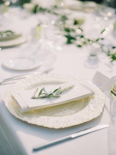 Prírodné menovky na svadobný stôl