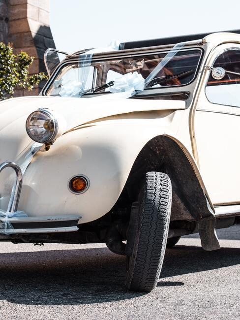 Svadobná výzdoba na vintage auto