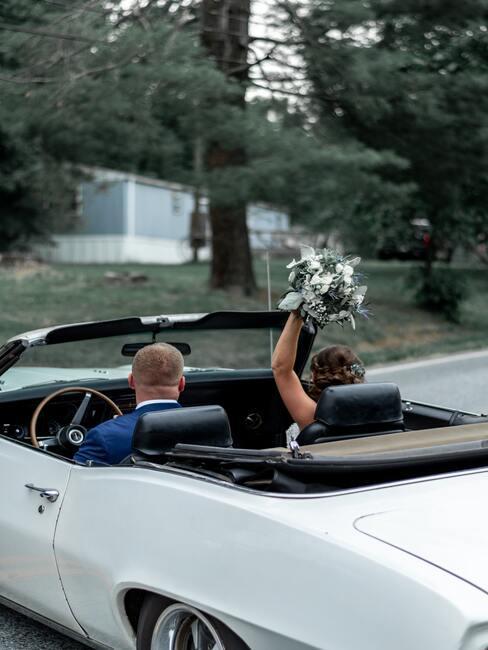 Novomanželský pár v aute