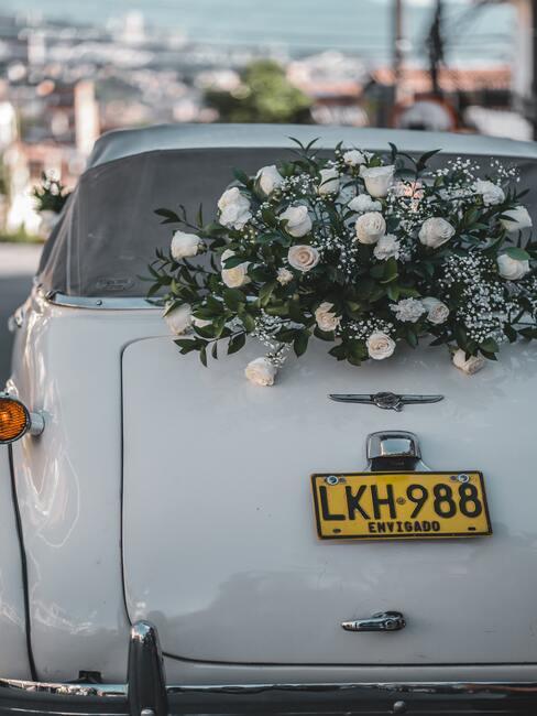 Svadobná výzdoba na auto: kvetinová girlanda