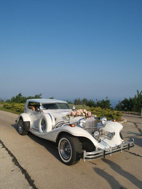 Kvetinová svadobná výzdoba na auto