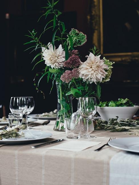 Jednoduché kvety na svadobnom stole