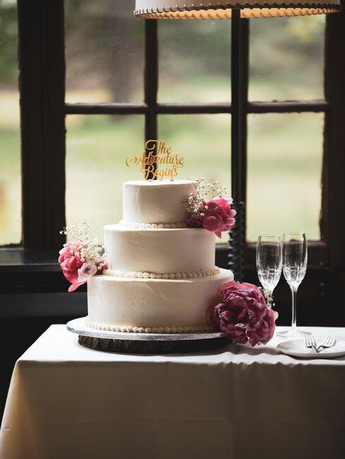 Svadobná torta na svadobnom stole