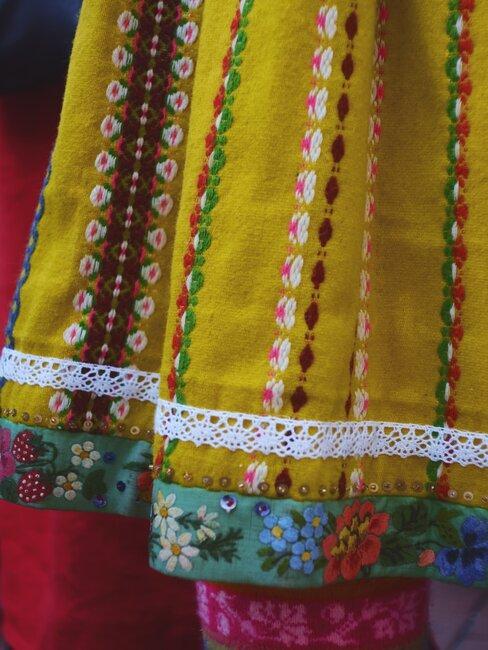Šaty s folklórnym motívom