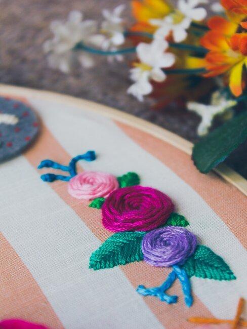Dekorácia s vyšívanými kvetmi