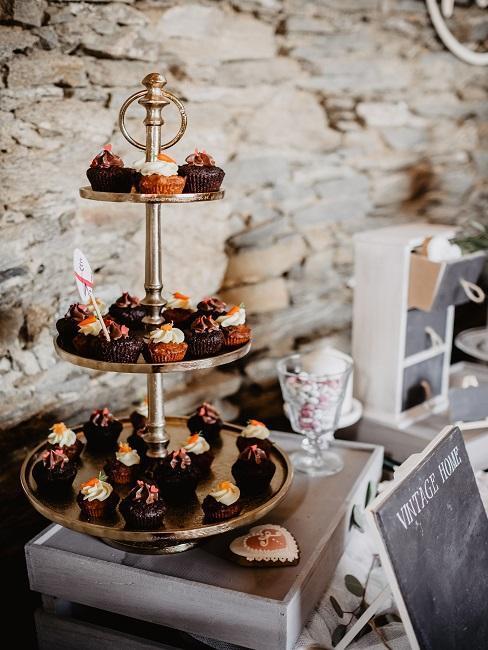 Vintage dekorácia a cupcakes na svadbe