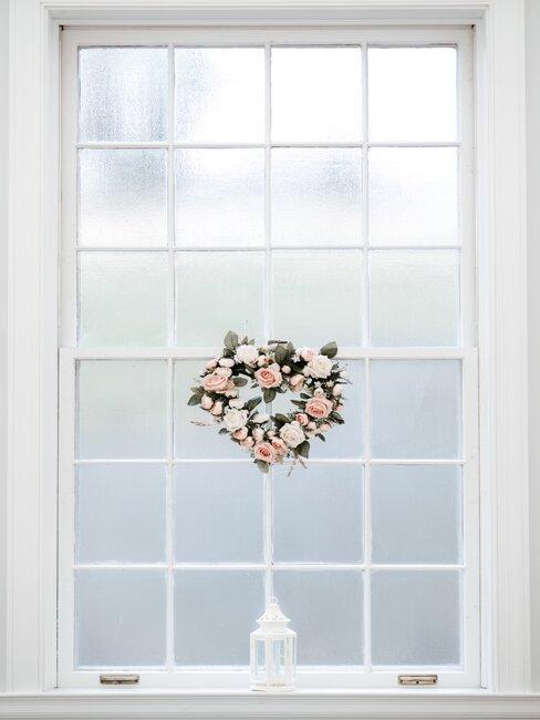 Svadobný veniec na okne