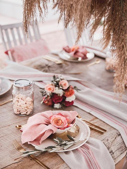 Pastelovo-ružová svadobná kvetinová dekorácia