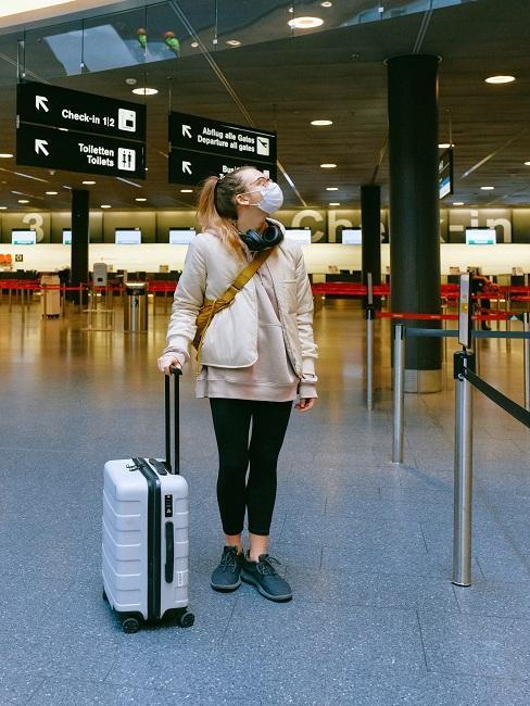 Dievča na letisku s kufrom