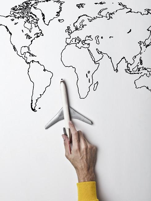 Mapa sveta s modelom lietadla