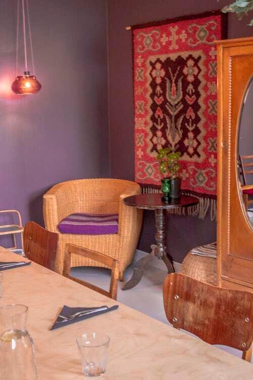 interiér vo fialovej