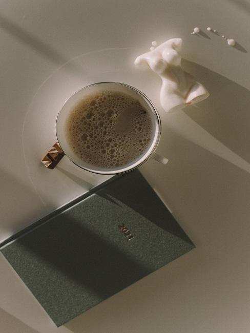Kmižka s kávou na stole
