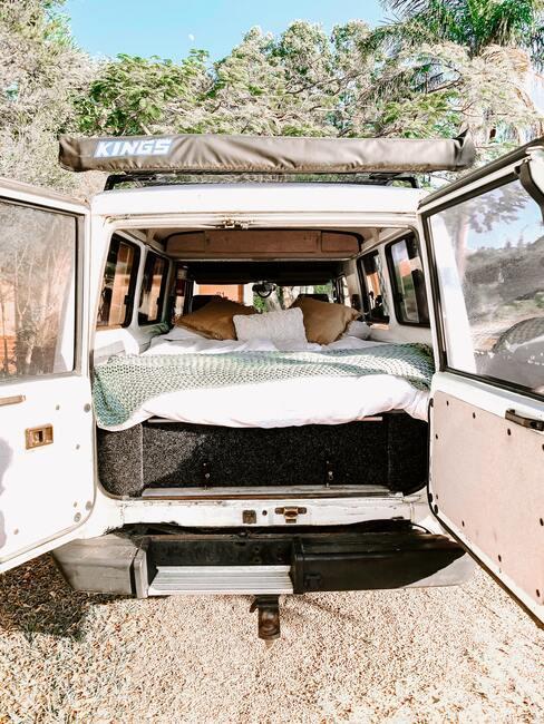 Posteľ v karavane