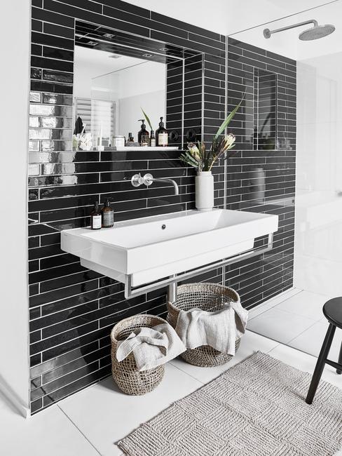 Moderné kúpeľne s čiernym obkladom