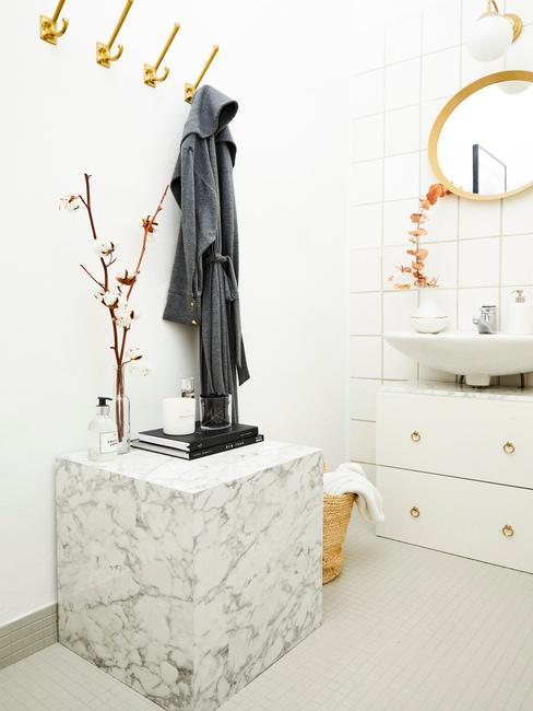 Biela kúpeľňa so zlatými detailmi