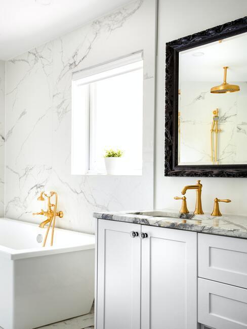 biela kúpeľna so zlatými doplnkami