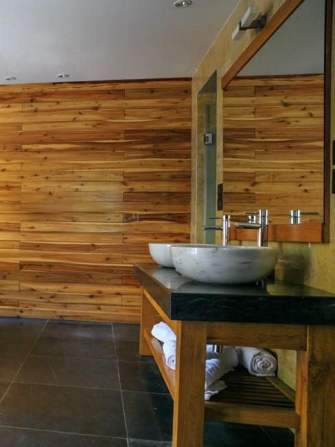 Moderná drevená kúpeľňa