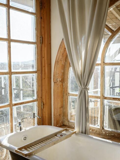 Klasická vidiecka kúpeľňa s drevom