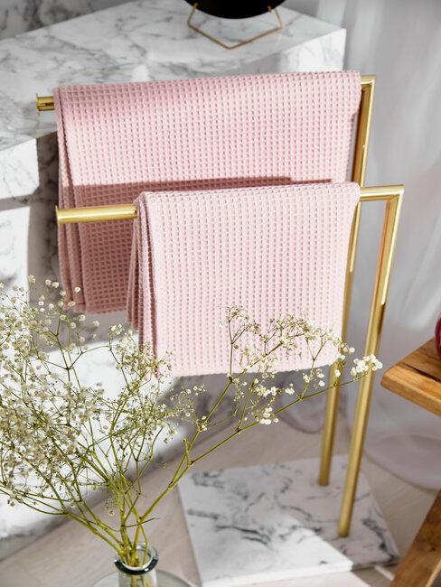 Kúpeľňa so ružovými a zlatými doplnkami