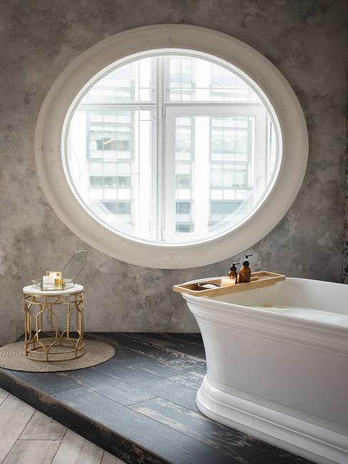 netradičné okno v kúpeľni
