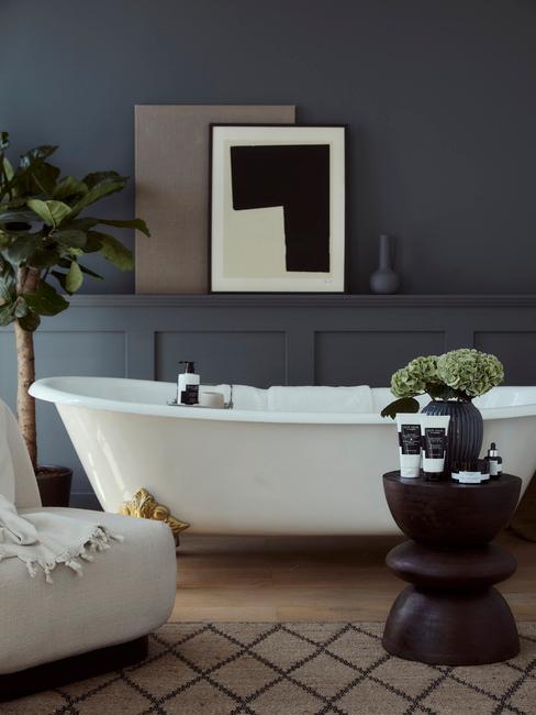 Kúpeľňa s vaňou v tmavších farbách