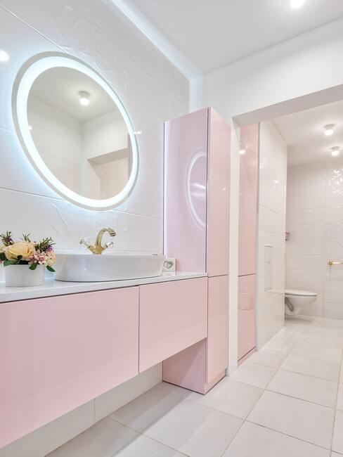 Podsvietené zrkadlo v kúpeľni