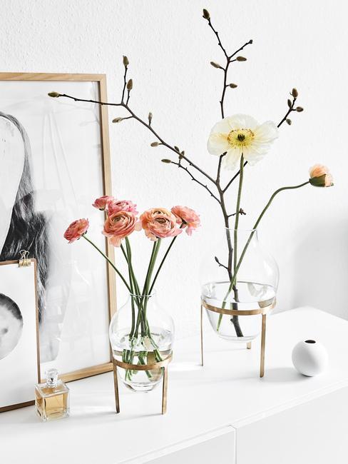 Naaranžované jarné kvety vo vázach