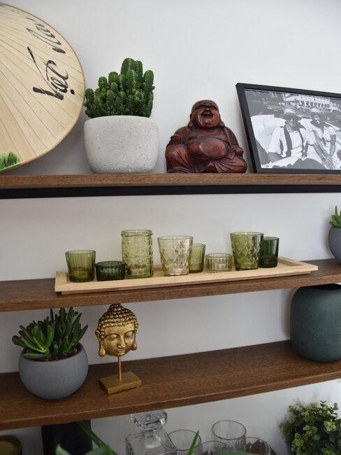Dekorácie na poličke v obývačke