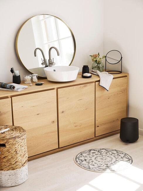 Kúpeľňa bez obkladu s dreveným nábytkom