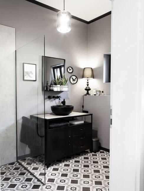 Čierno-biela kombinácia v kúpeľni