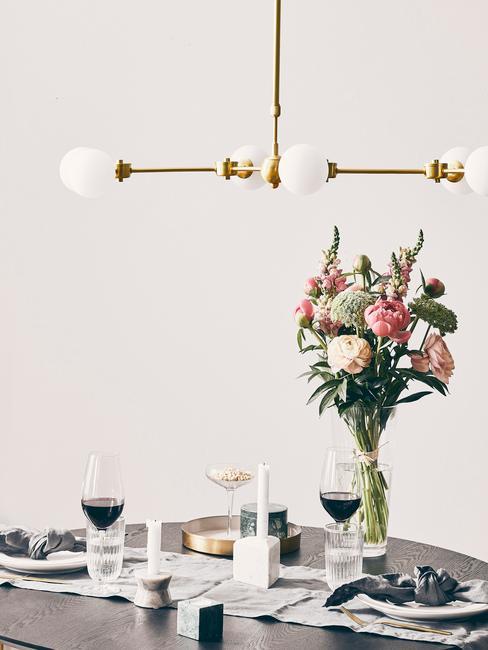 Jedálenský stôl s vázou