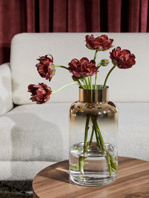 Kvety vo váze s farebným gradientom