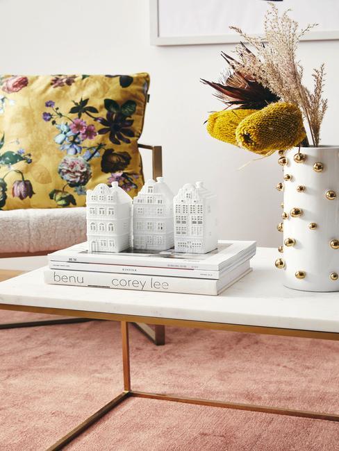 Biela váza s farebnými kvetmi
