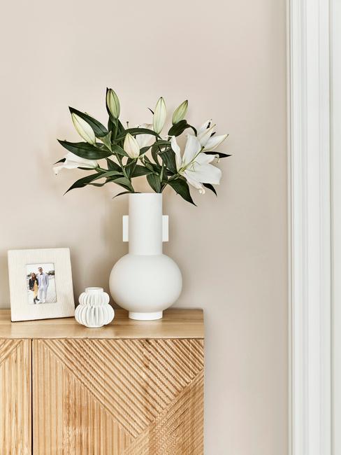 Biela váza s bielymi dekoráciami