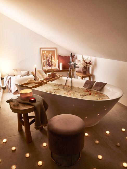 Romantická atmosféra v podkrovnej kúpeľni