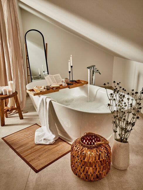 Doplnky z bambusu v podkrovnej kúpeľni