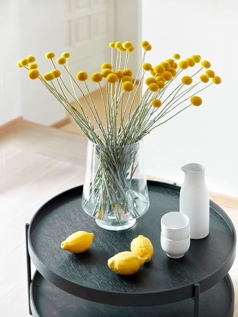 Žlté kvety na príručnom stolíku