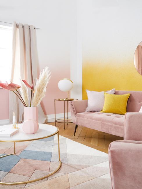 Ružovo-žltá obývačka s pampovou trávou