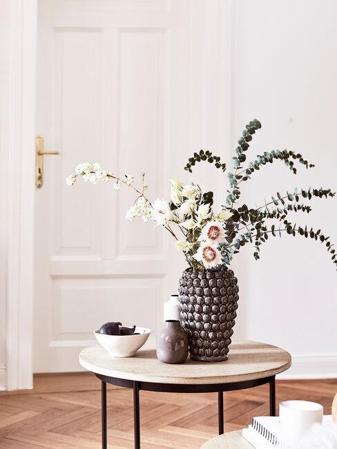 štýlové umelé kvety vo váze